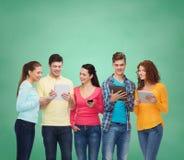 小组有智能手机和片剂个人计算机的少年 免版税图库摄影