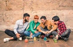 小组有智能手机的行家最好的朋友在脏的地方 免版税图库摄影