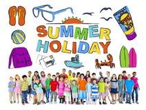 小组有暑假概念的不同种族的孩子 库存图片