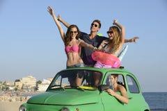 小组有汽车的朋友在度假 免版税库存照片
