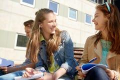 小组有笔记本的学生在校园 免版税库存照片