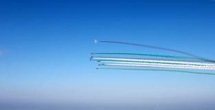 小组有红色色的轨道的飞机,在蓝天背景,水平的看法的白色,绿色云彩 意大利旗子的颜色 图库摄影