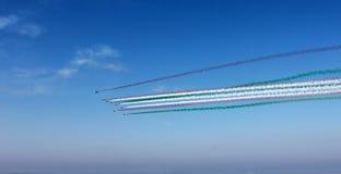 小组有红色色的轨道的飞机,在蓝天背景,水平的看法的白色,绿色云彩 意大利旗子的颜色 库存照片