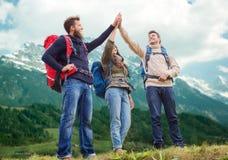 小组有背包远足的微笑的朋友 免版税图库摄影