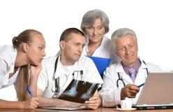小组有膝上型计算机的医生 免版税库存图片