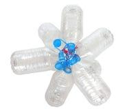 小组有蓝色焰晕的透明塑料空的瓶栓与红色绳索 免版税库存图片