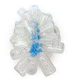 小组有蓝色焰晕的透明塑料空的瓶栓与红色绳索 免版税图库摄影