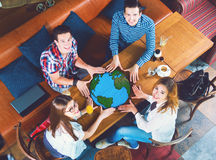 小组有行星地球的图画的青年人 免版税库存图片