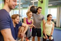 小组朋友用在健身房的运动器材 免版税库存图片
