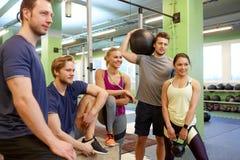 小组朋友用在健身房的运动器材 免版税库存照片