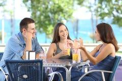 小组朋友谈话在酒吧 库存照片