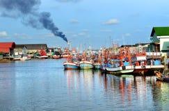小组木渔场小船停止在出海口habour 库存照片