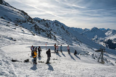 小组未认出的滑雪者在阿尔卑斯 库存图片