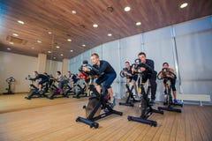 小组机器的健身房人,循环在类 免版税库存照片
