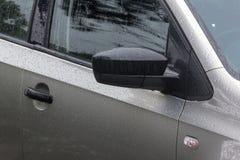 小滴样式和纹理在湿机动车 图库摄影