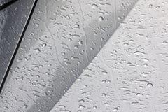 小滴样式和纹理在湿机动车 库存照片