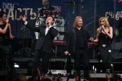 小组歌手在阶段执行在维克托Drobysh第50个年生日音乐会期间在巴克来中心 库存图片