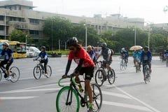 小组汽车的骑自行车者释放天 库存图片