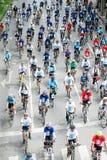 小组汽车的骑自行车者释放天 库存照片
