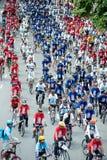 小组汽车的骑自行车者释放天 免版税库存照片