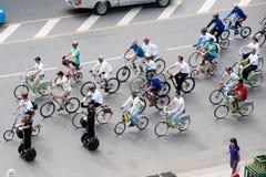 小组汽车的骑自行车者释放天 免版税图库摄影