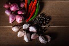 小组泰国食物调味料大蒜,青葱,辣椒,黑胡椒 库存图片