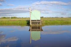 小水泵房和蔓越桔领域 免版税图库摄影