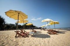 小组海滩睡椅 图库摄影