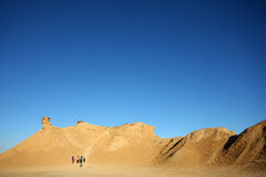 小组游人在骆驼头岩石上升 库存图片
