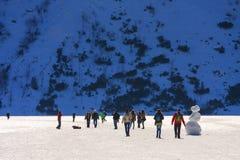 小组游人在冻Morskie Oko湖,波兰走 图库摄影