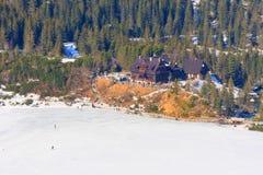 小组游人在冻Morskie Oko湖,波兰走 免版税图库摄影