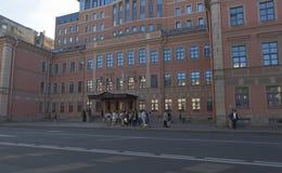 小组游人在Bolshoy远景Petrogradskaya边的Vvedensky旅馆在圣彼德堡 免版税库存照片