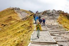 小组游人在Kasprowy走Wierch的上面在Tatra山的 免版税库存照片