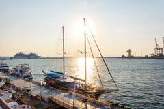 小组游艇和小船在港口 免版税图库摄影