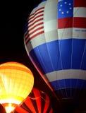小组热空气气球在晚上 库存照片