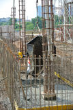 小组熔铸地面水泥板的建筑工人 免版税库存图片