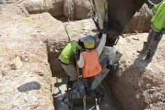 小组熔铸桩帽的建筑工人 库存照片