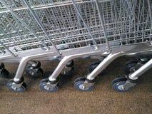 小组购物车在地板上的台车轮子 免版税库存照片