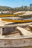 小组狭窄的看法渔船在与人和峭壁在背景中,维沙卡帕特南, 2017年3月05日的海滨停放了 免版税图库摄影