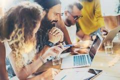 小组现代年轻商人被会集一起谈论创造性的项目 工友突发的灵感会议讨论 免版税库存图片