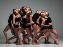小组现代跳芭蕾舞者 免版税库存照片