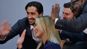 小组男性和女性买卖人tt电视电话会议在办公室 免版税图库摄影