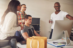 小组男性和女性企业家在办公室 库存图片