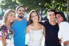 小组白种人和拉丁和西班牙人民享受周末 库存图片