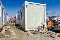 小组白色容器办公室在建造场所被安置 库存图片