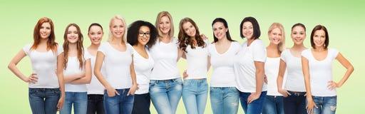 小组白色T恤杉的愉快的不同的妇女 图库摄影