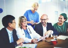 小组的普通开业医生有会议概念 库存照片