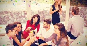 小组的综合图象敬酒鸡尾酒的朋友喝 免版税库存照片