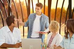 小组的综合图象年轻同事在会议 库存照片