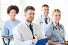 小组研讨会的愉快的医生在医院 库存图片